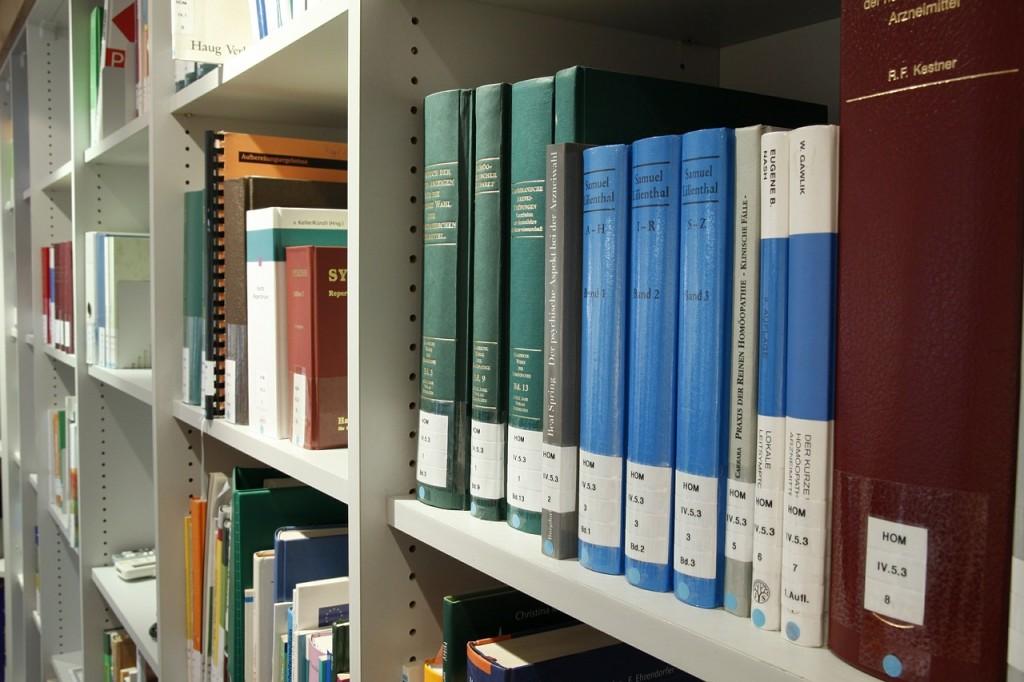 Bücherregal in einer Bibliothek (Jens Raak, pixabay.com)
